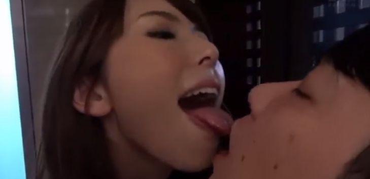 ベロチュー痴女・波多野結衣。彼を家で壁ドン、舌とチンポを濃厚舐め