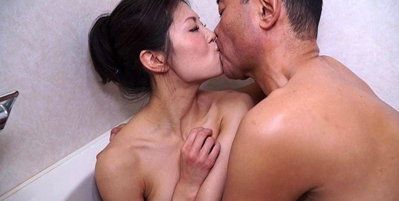 旦那より感じちゃう…熟女人妻が夜這いされベロチューされ寝取られる
